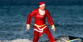 英圣诞老人参加冲浪比赛为慈善筹款