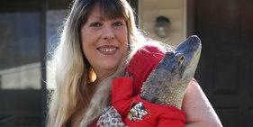 美国女子养鳄鱼当宠物 为其刷牙美甲