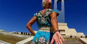 说走就走!49岁离婚女子穿婚纱环游世界