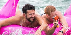 澳慈善充气艇比赛 民众画风辣眼睛登场
