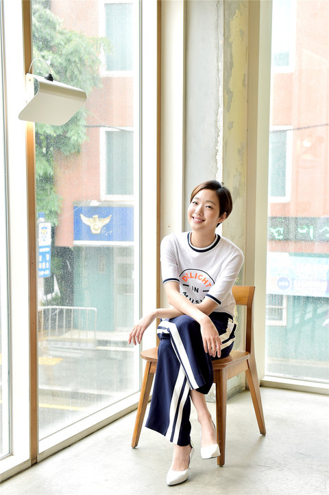 韩人气女星金高银高清写真 纤细美腿彰显气质4