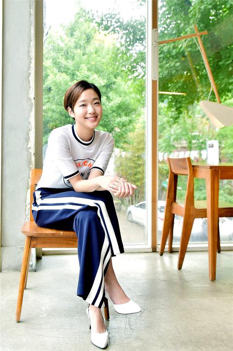 韩人气女星金高银高清写真 纤细美腿彰显气质5