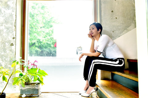 韩人气女星金高银高清写真 纤细美腿彰显气质6