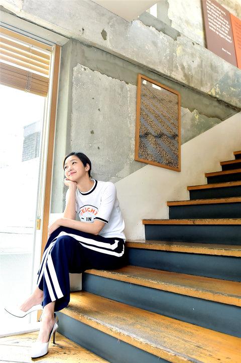 韩人气女星金高银高清写真 纤细美腿彰显气质7