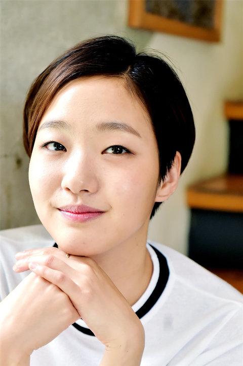 韩人气女星金高银高清写真 纤细美腿彰显气质10