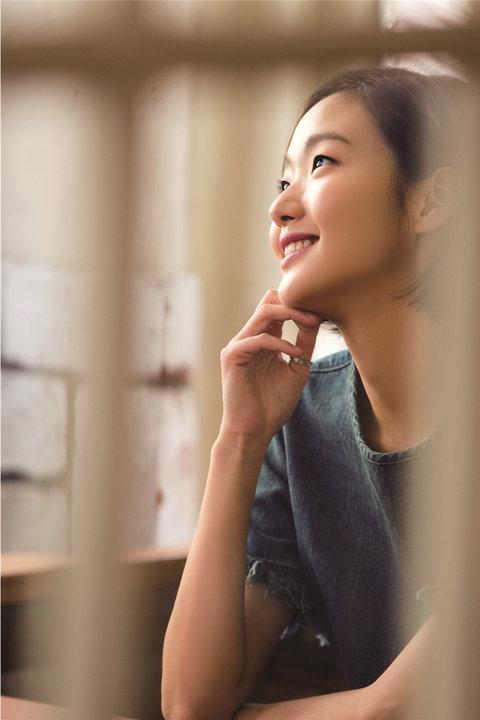 韩人气女星金高银高清写真 纤细美腿彰显气质12