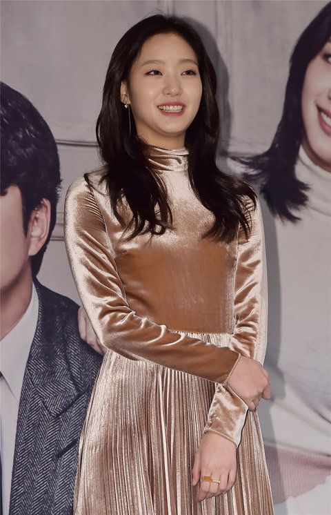 韩人气女星金高银高清写真 纤细美腿彰显气质2