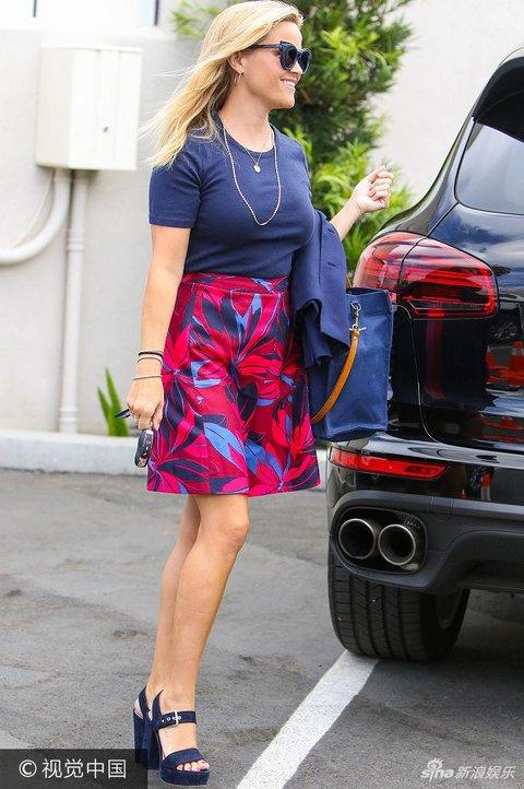 瑞茜现身街头戴大金贵妇似裙装穿蓝红女生变名日文链子图片