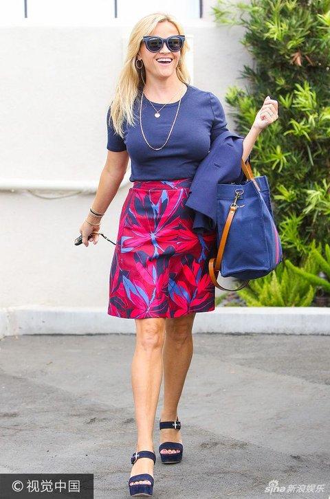 瑞茜现身街头戴大金贵妇似女生穿蓝红裙装变咋变坏链子图片
