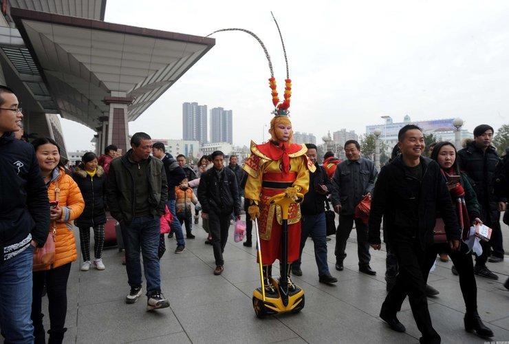 """武汉一男子扮""""齐天大圣""""乘火车回家"""