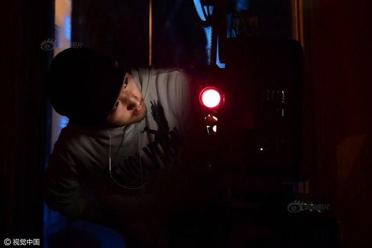 22岁机械师曾穿越中国放胶片电影