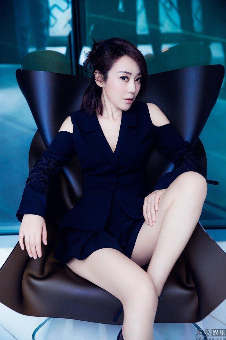 闫妮画风大变秀性感美腿