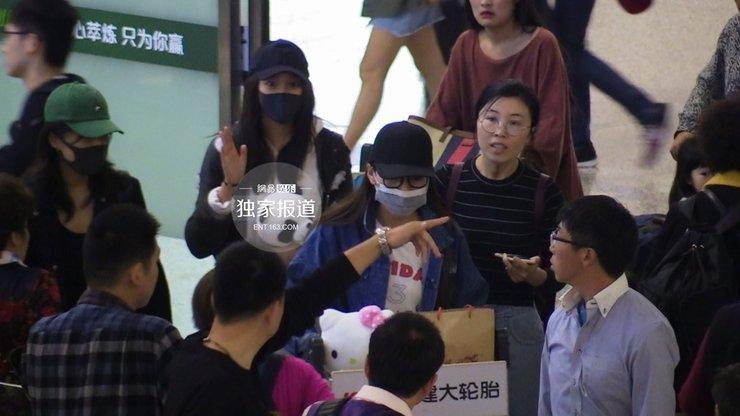 关晓彤抱熊猫公仔扮可爱 为粉丝签名显亲民