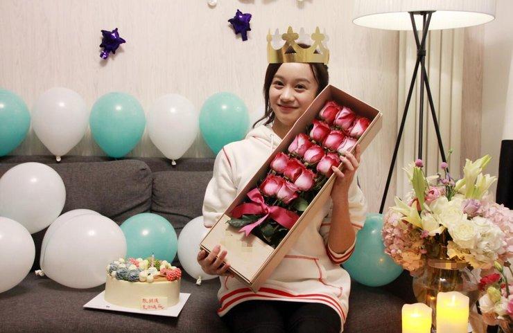陆妍淇生日会感动落泪 与粉丝直播互动庆生