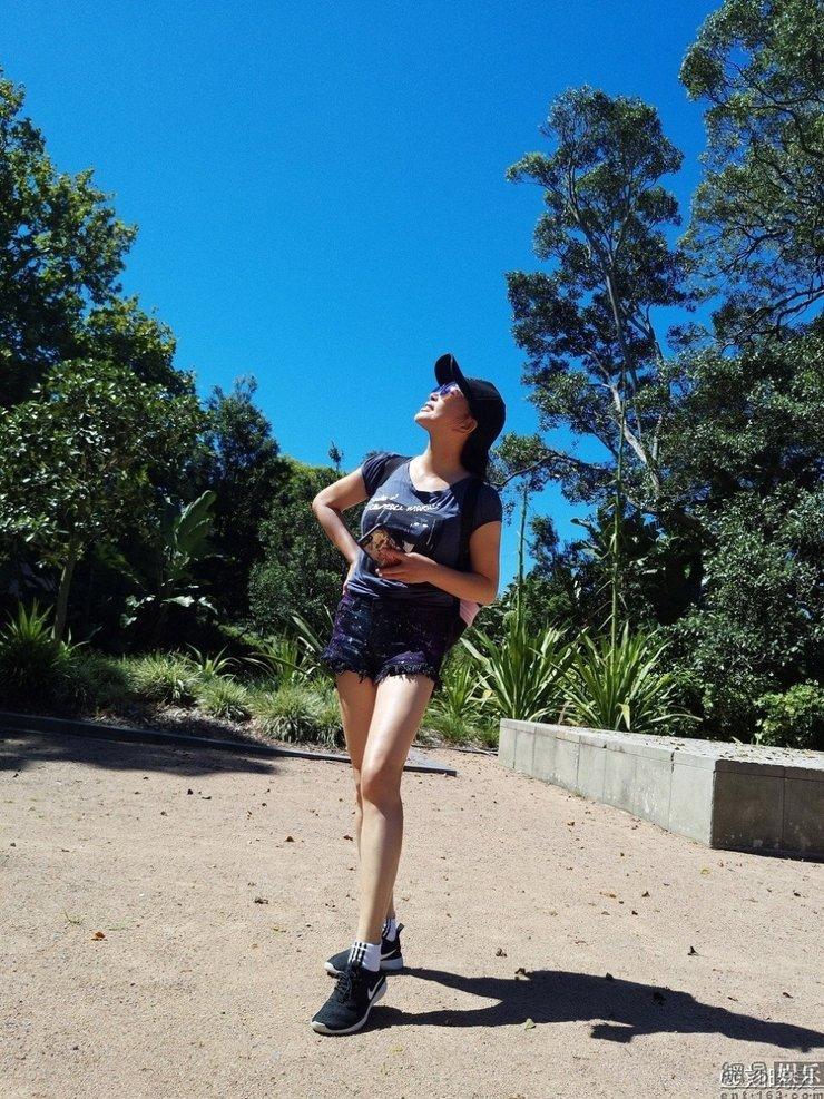 刘晓庆穿超短裤扮靓 细长直美腿抢镜