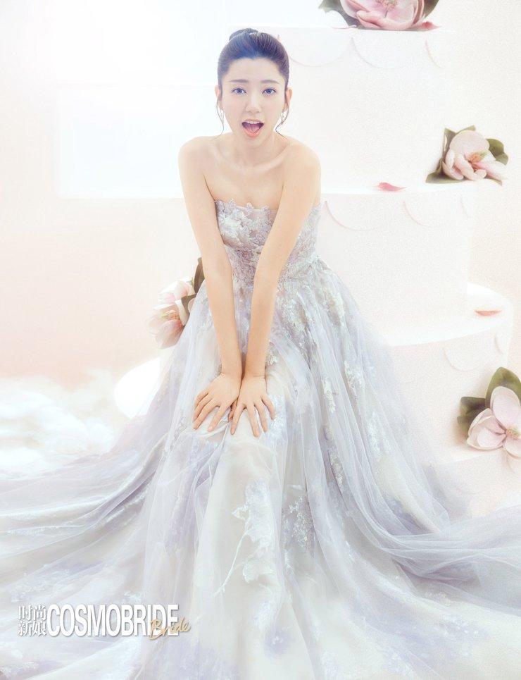 郭雪芙穿浅紫抹胸长裙拍写真清纯又魅惑