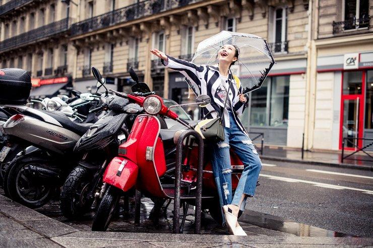 王鸥雨中漫步巴黎街头 简约清爽