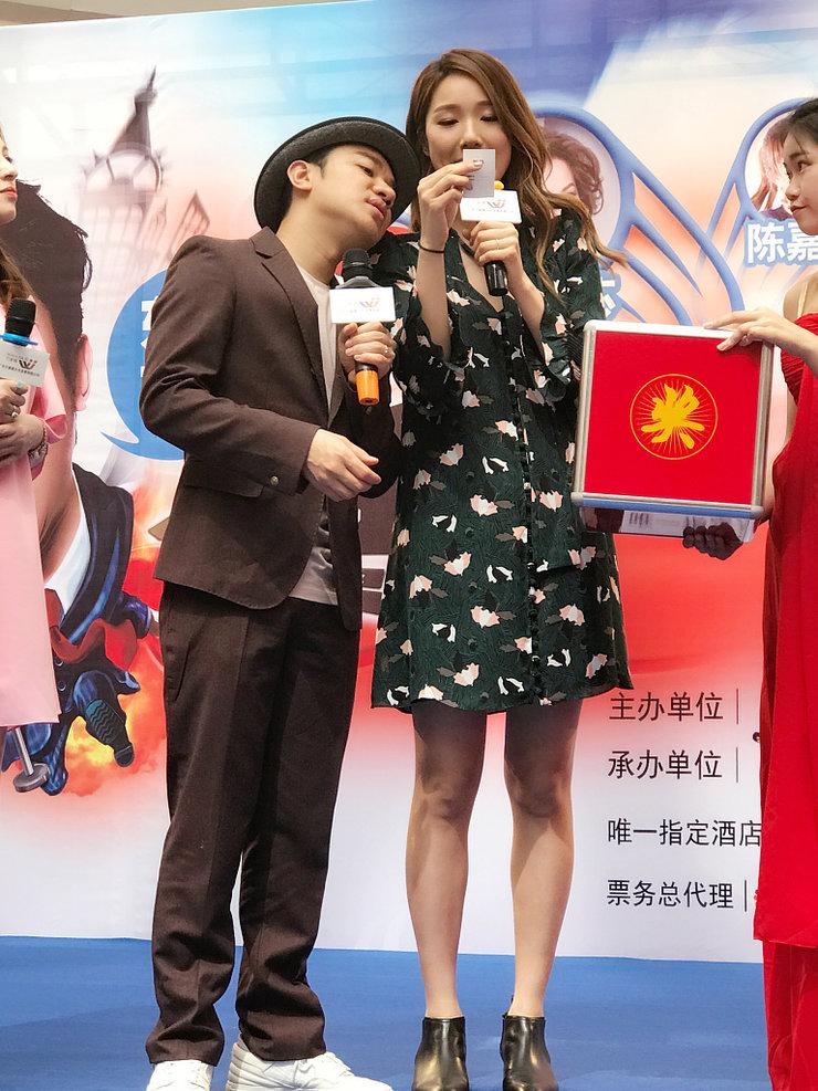 王祖蓝靠老婆肩膀合影 搞笑模仿小男孩