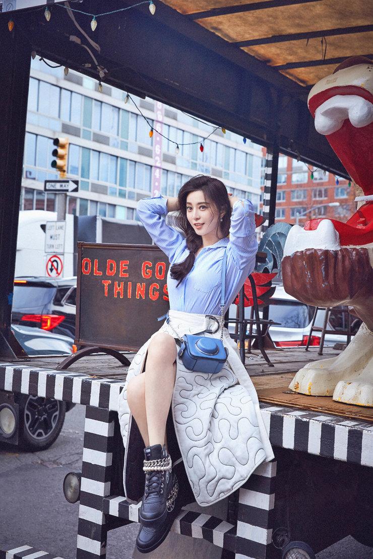范冰冰着衬衫白裙出游 笑容灿烂开启萌属性