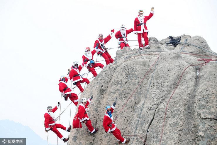 韩登山爱好者扮圣诞老人惊险攀岩
