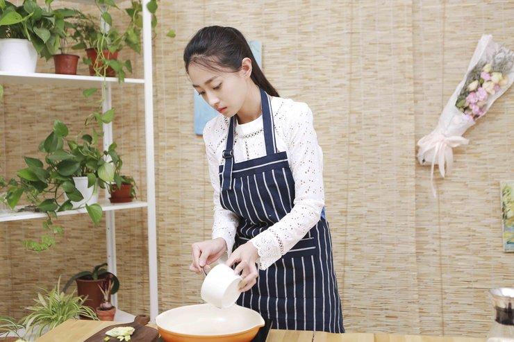 从清新小花到厨娘 王艺诺只用了一只虾