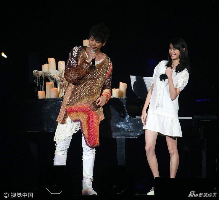 信台北开唱获17岁女儿伴奏 父女身高登对画面养眼