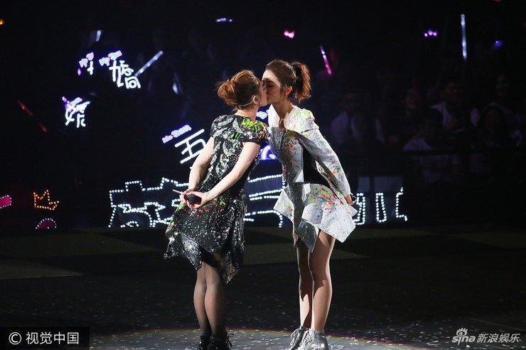 有一种姐妹叫twins!阿娇阿Sa演唱会上演女女之吻
