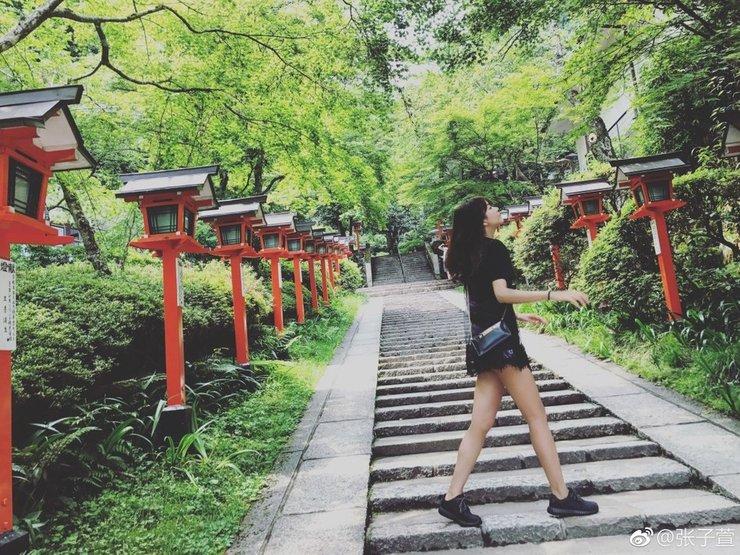 辣妈张子萱游日本 大秀长腿美似少女