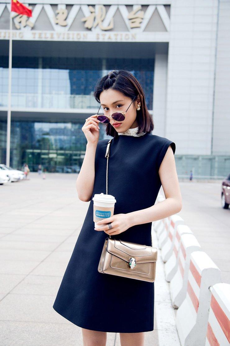 韩丹彤红唇短裙现身北京电视台秀长腿