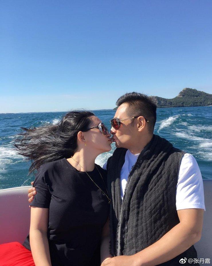 甜蜜享受2人世界!赵文卓夫妇约会热吻不停