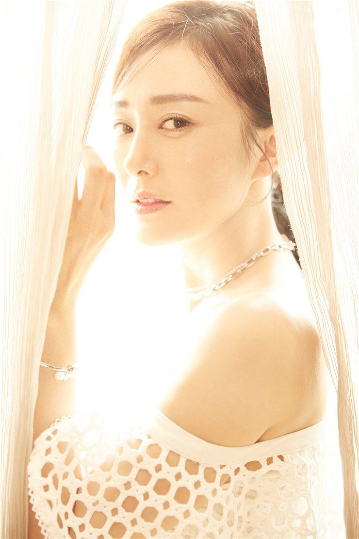 直男斩!穿镂空裙的秦岚完美演绎优雅魅力