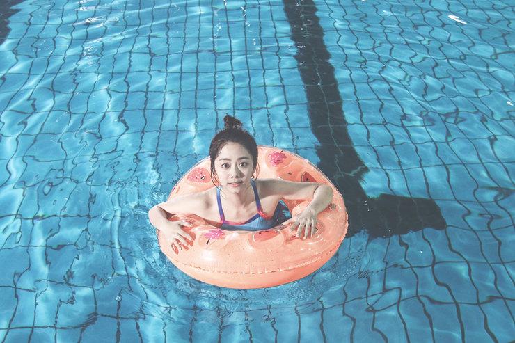 谭松韵晒出一组泳池戏水写真 画风清甜 十分可爱