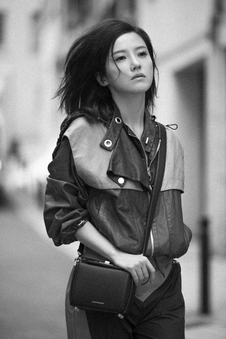 杨子姗拼色皮夹克 凌乱的头发加上慵懒迷人的眼神质感十足