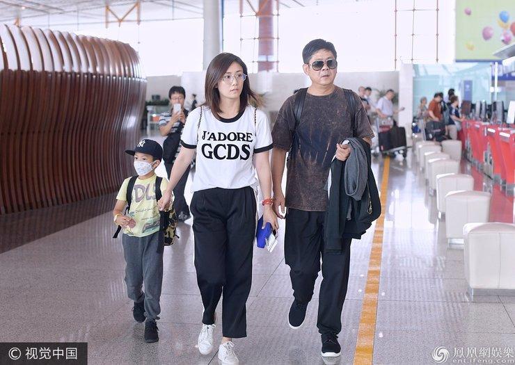 刘芸素颜出镜看起来有些疲惫 带儿子与爸爸出行
