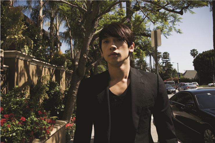 韩国男星Rain街头拍写真 散发成熟魅力