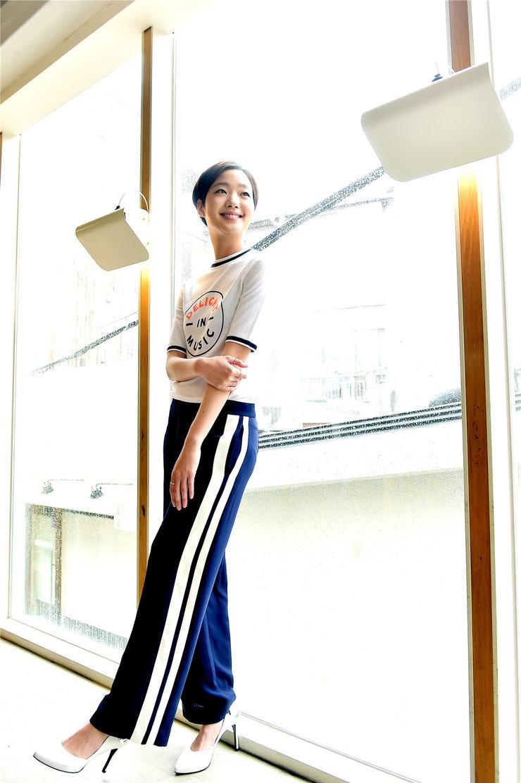 韩人气女星金高银高清写真 纤细美腿彰显气质