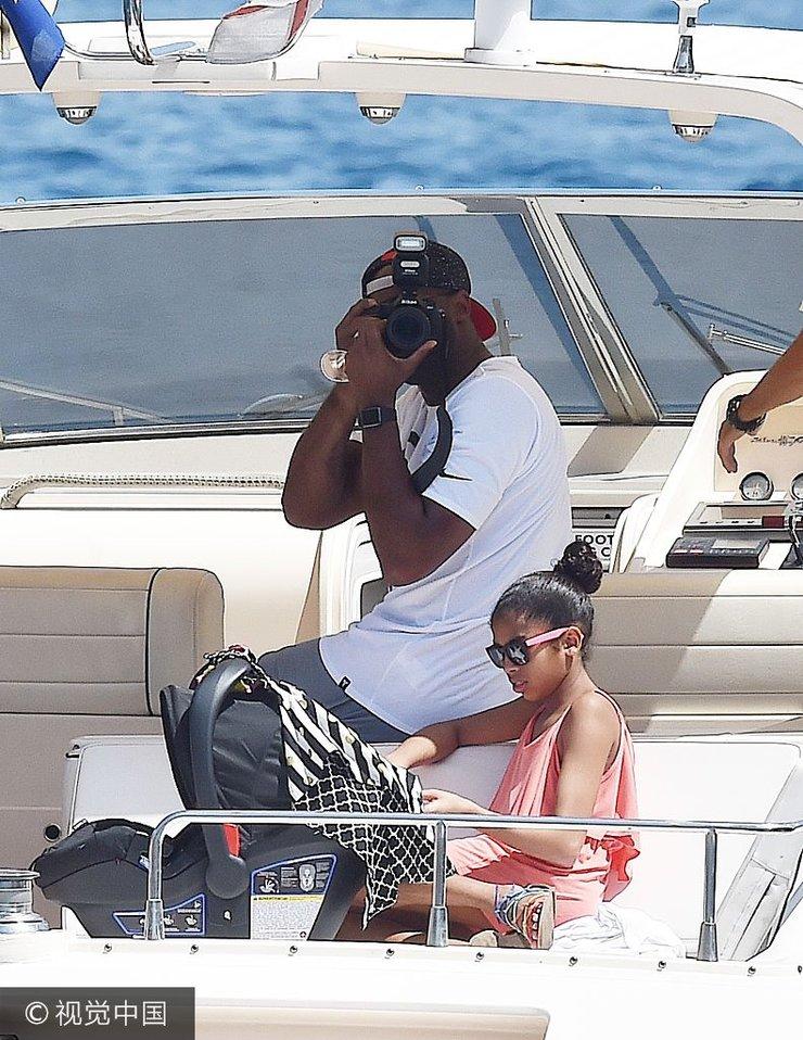 科比带全家坐船出游 在船上抱着小女儿哄娃父爱满满