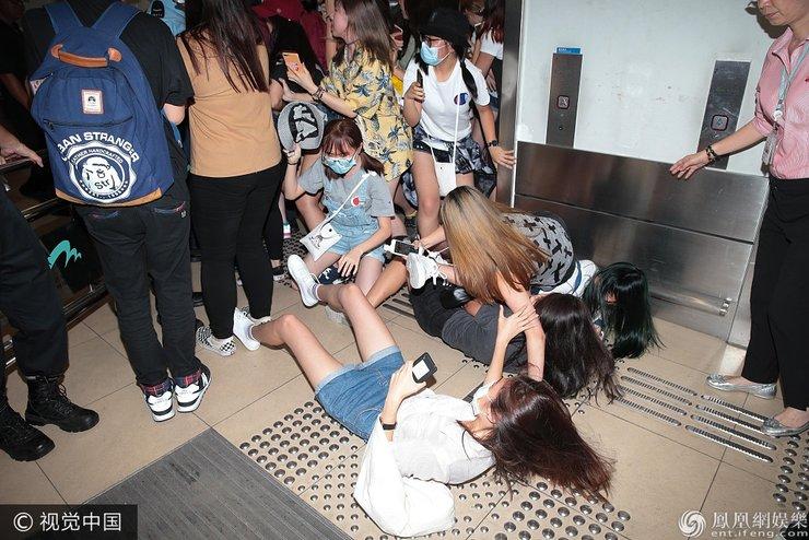 韩团EXO凌晨抵港 500粉丝接机数人跌倒五名保安在场维持秩序