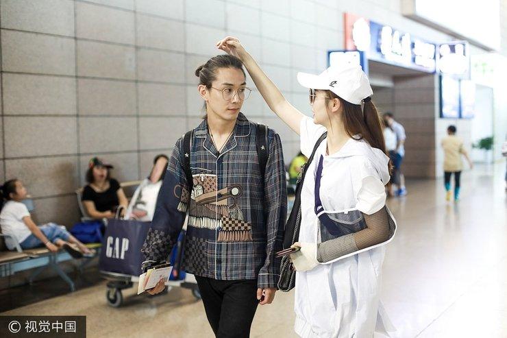 戚薇和老公李承铉现身机场 玩