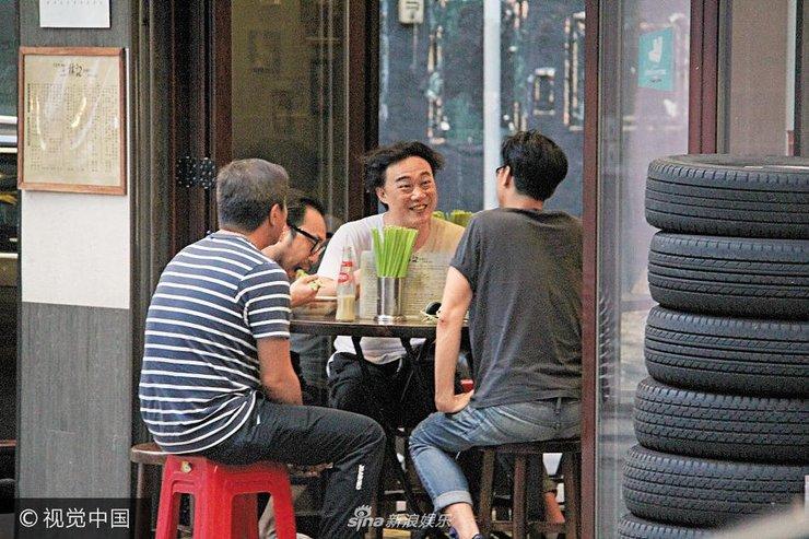 陈奕迅头发散乱与友人露天吃面 相当豪放开心懒理老婆减肥