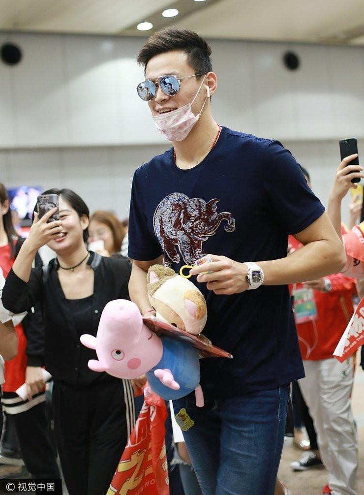 孙杨回京遭围堵人气旺 怀抱玩偶礼物很开心