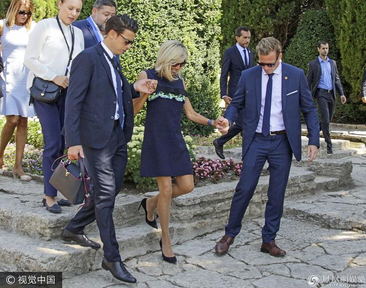 64岁法国第一夫人随总统老公现身 获左右护驾