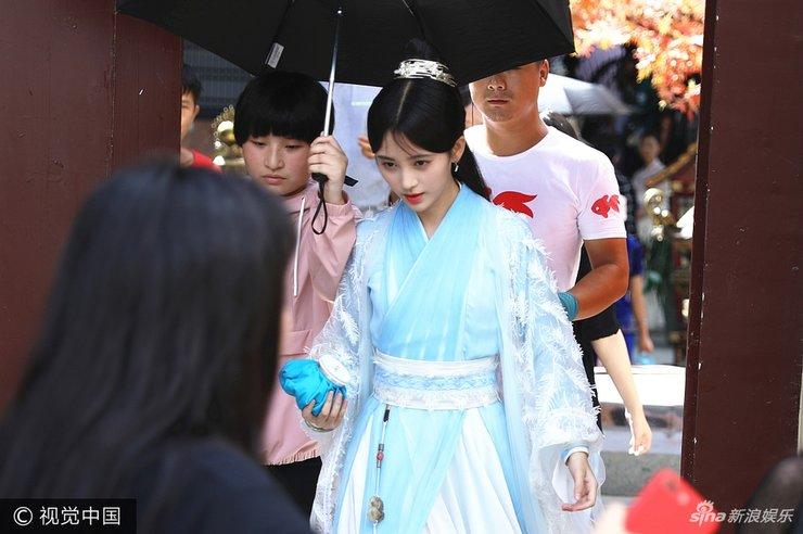 鞠婧�t蓝色古装长裙显清丽 获助理撑伞气派十足