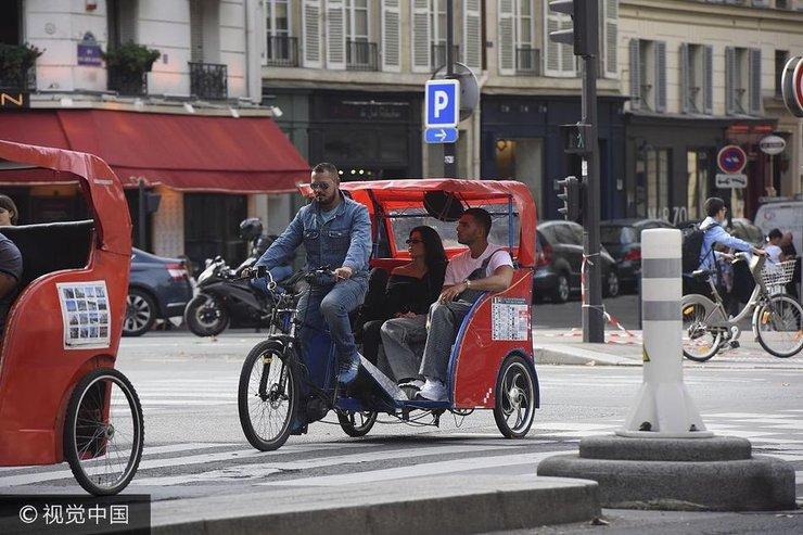 考特妮与小男友甜蜜游巴黎 坐电动三轮游览超接地气