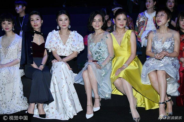 2018春夏上海时装周 王琳身穿透视纱裙优雅迷人