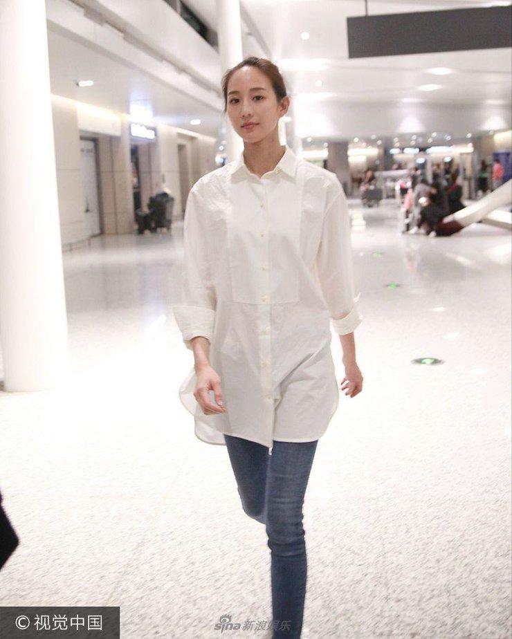 张钧甯现身机场白衬衫气质脱俗 对镜头比心手势走样似点钱
