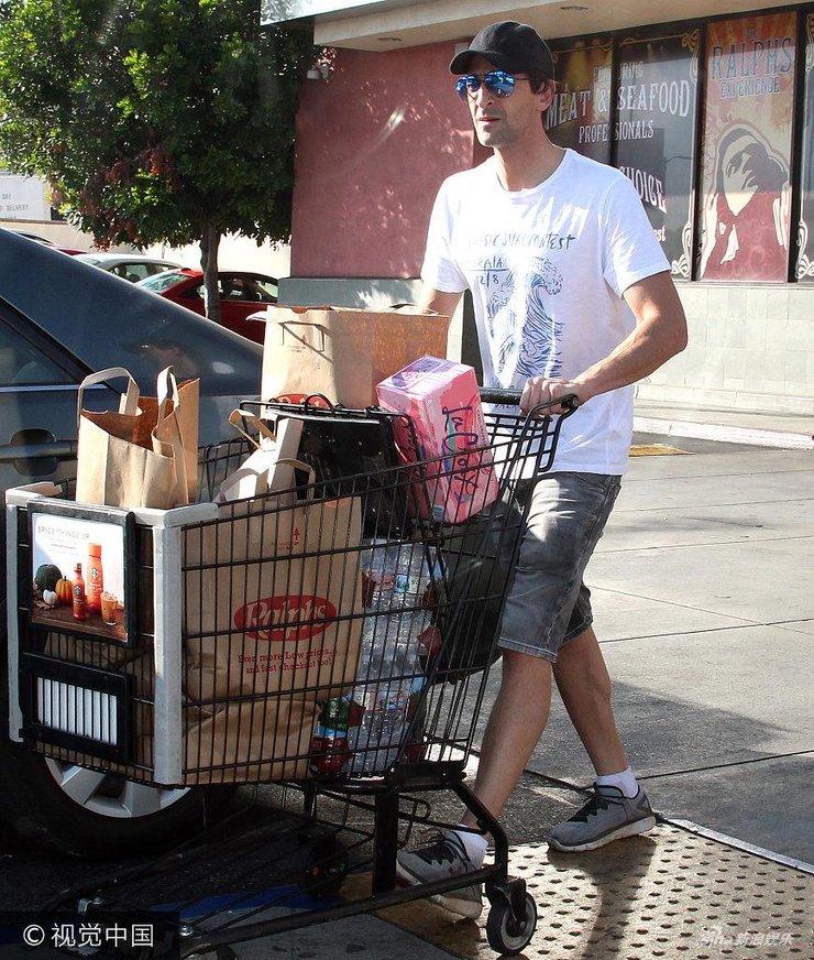 影帝布劳迪白T短裤现身超市购物 挑选商品满载而归