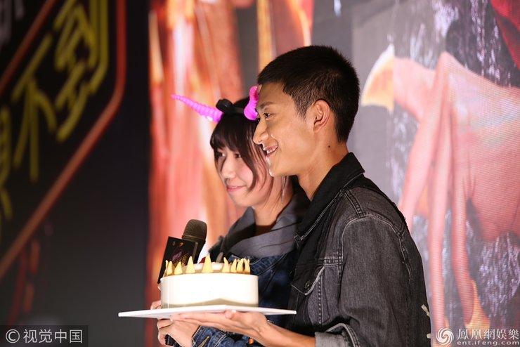 张一山现场给女粉丝过17岁生日 手捧蛋糕男友力爆棚