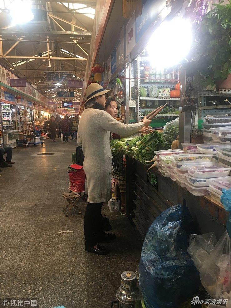 蒋雯丽菜市场专心挑菜被认出 网友大呼好贤惠