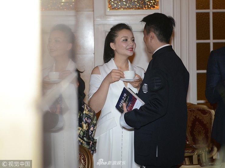 2018春夏中国国际时装周 孙茜和老公牵手亮相超恩爱